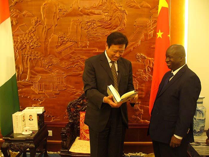 Chine/Côte d'Ivoire SEM ZHANG GUOQING dédicace livre de XI JINPING