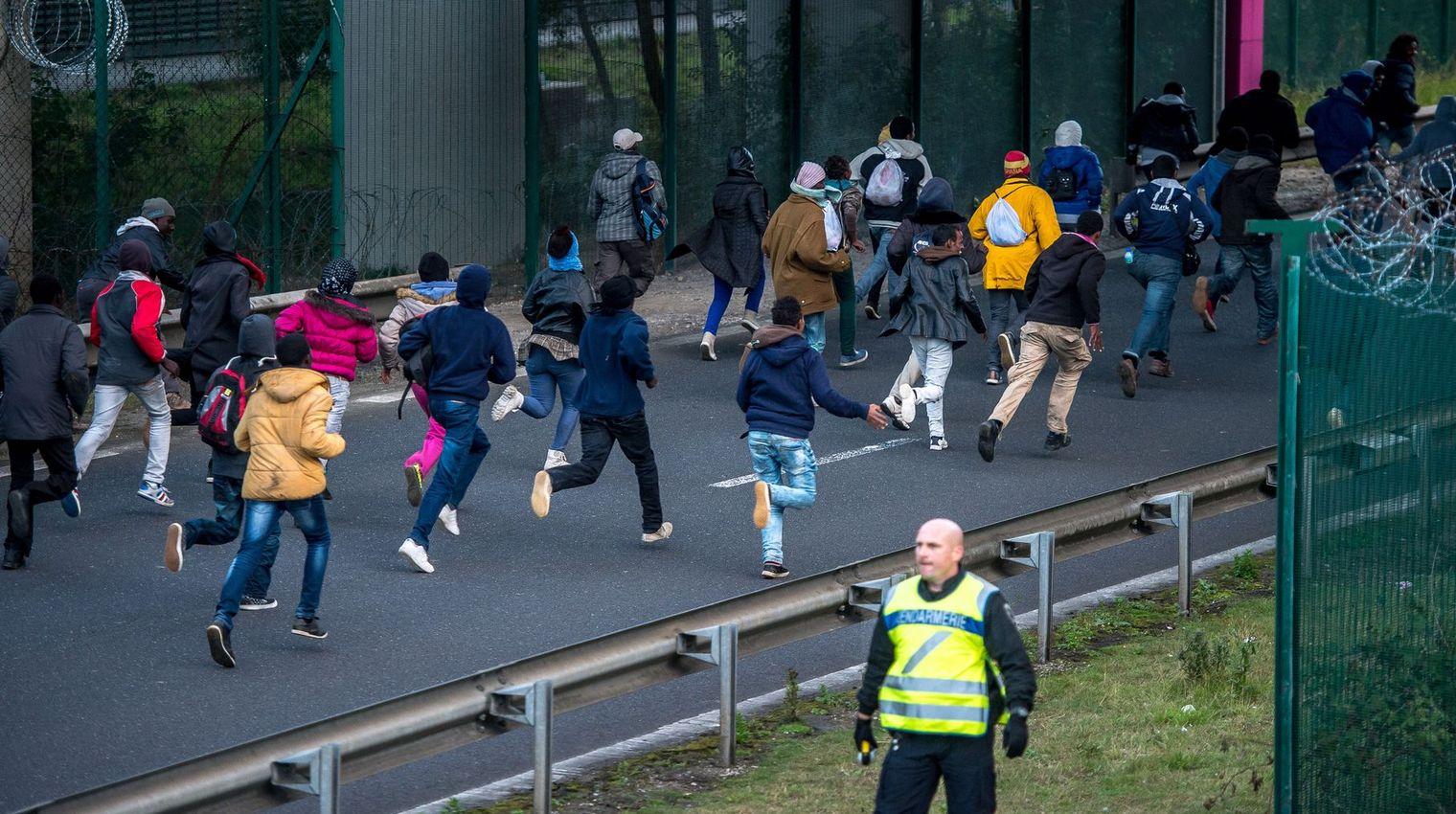 Migrants à Calais: peut-on déplacer la frontière de l'autre côté de la Manche?